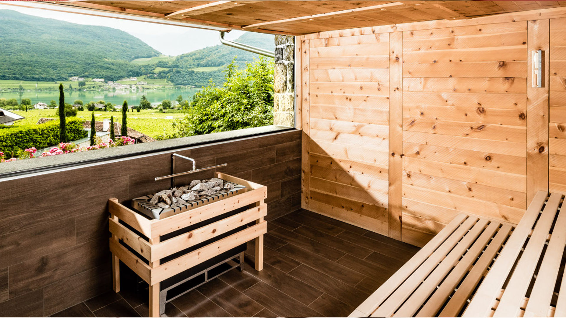 Sauna panoramica con vista lago di Caldaro nell'Hotel Benessere Hasslhof